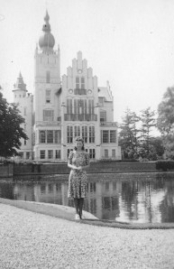 Rosie in front of the city hall in Vught on May 10, 1940, the day Germany invaded the Netherlands